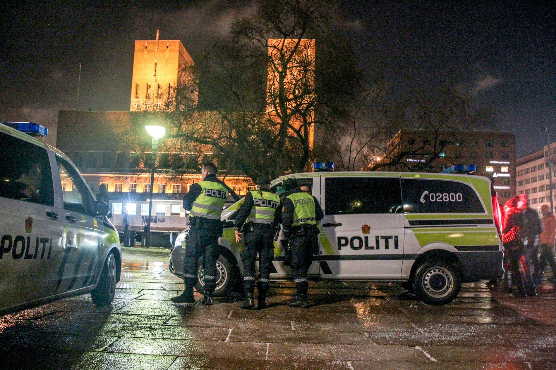 PARAT: Politiet er på plass på Rådhusplassen i Oslo før det store fyrverkeriet ved midnatt.