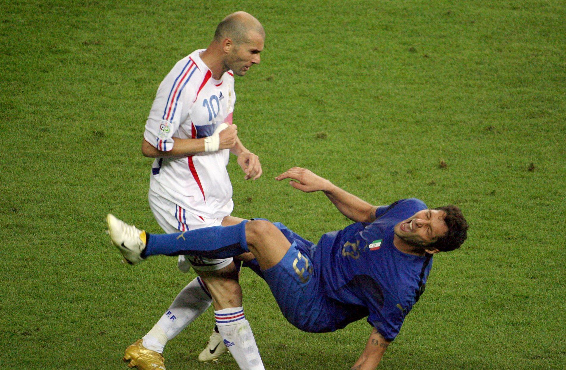 TI ÅR SIDEN: Zinédine Zidane stanger ned Marco Materazzi under VM-finalen i Berlin i 2006.