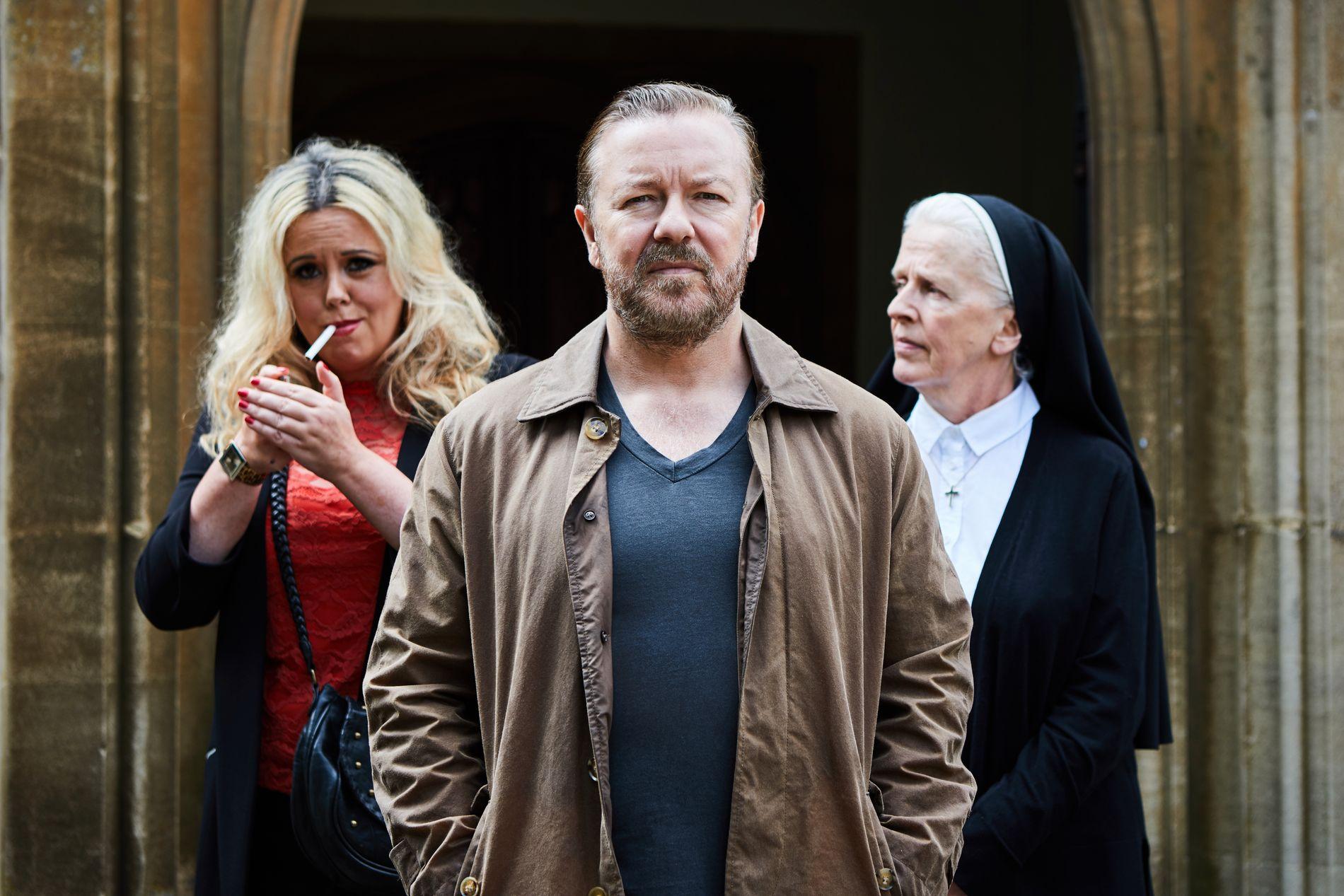 08a6f293 LEVERER: Ricky Gervais som Tony og Roisin Conaty (t.v.) som Roxy. Foto:  Natalie Seery / Netflix. «