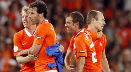 TRE SKAL UT: På dette bildet er det bare Arjen Robben (t. h.) som starter kveldens kamp mot Romania. Dirk Kuyt (fra venstre), Ruud van Nistelrooy og Rafael van der Vaart hviles trolig. Foto: AFP