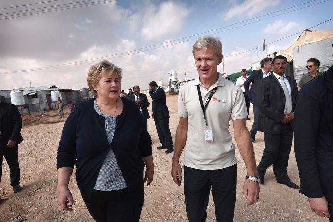 JOBBER PÅ: Jan Egeland, her sammen med statsminister Erna Solberg i Zaatari-leiren utenfor Amman i november, sliter med å få humanitær adgang fra partene i Syria.