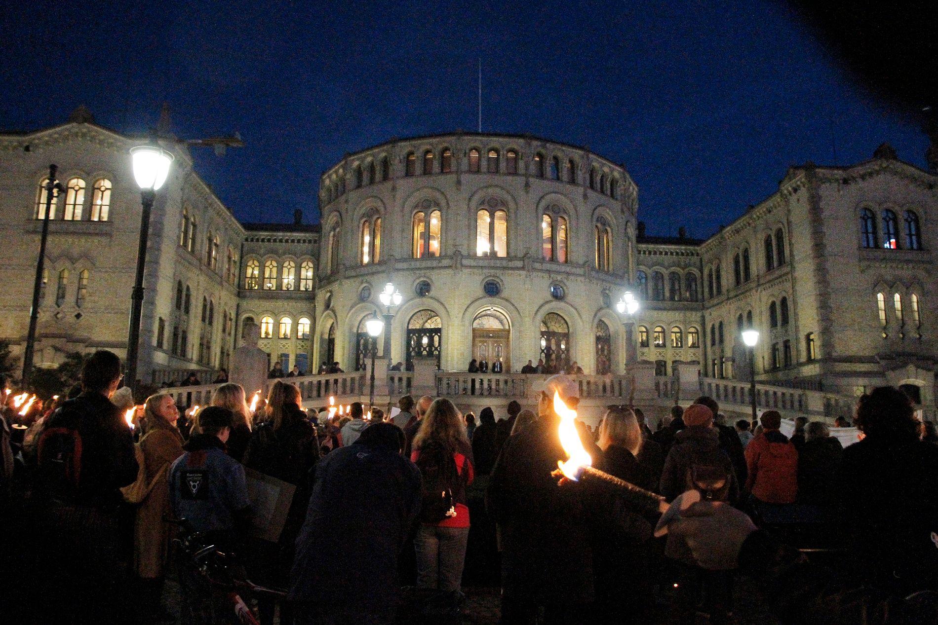 FAKKELTOG: I midten av oktober var flere hundre demonstranter samlet foran Stortinget med fakler for å kreve at de 130 enslige mindreårige får bli.