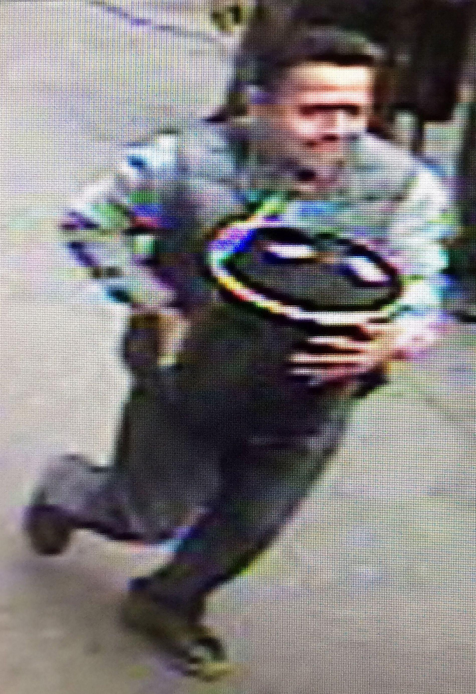 GOLDFINGER: Denne klåfingrede tyven er ettersøkt etter et spektakulært tyveri på høylys dag i New York.