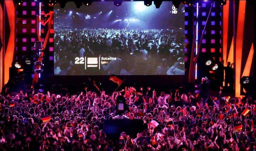 DANSEFEST: I Hamburg var det samlet over 50 000 dansende personer til det direkteoverførte pauseinnslaget. Under selve sendingen danset 18 000 publikummere med kronprinsesse Mette-Marit på laget. Foto: Scanpix