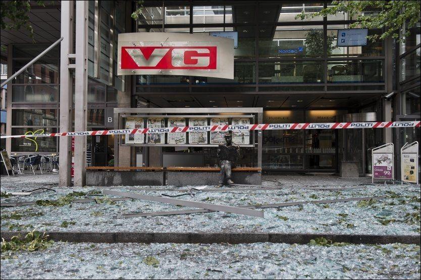 KNUST: Monteren med avissidene fra 22. juli utenfor VG-huset ble ødelagt av bomben i regjeringskvartalet. Nå flyttes den. Foto: Aleksander Andersen, NTB Scanpix