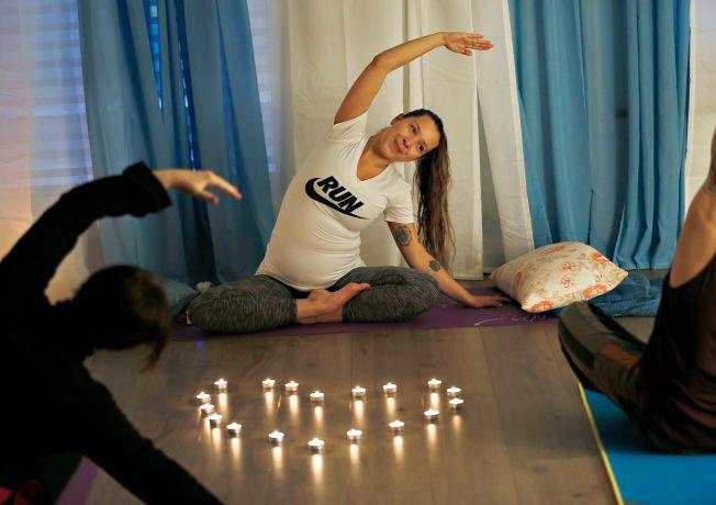 STREKK OG BØY: Flere ganger i uken underviser Kine i yoga. Pusteterapi har hun selv hatt mye utbytte av. Her holder hun kurs i yoga-studioet hun har sammen med samboeren i Bergen sentrum.