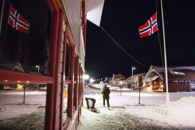 I SORG: Flagget vaier på halv stang i Longyearbyen. Søndag kveld er to personer bekreftet omkommet etter snøskredet lørdag.