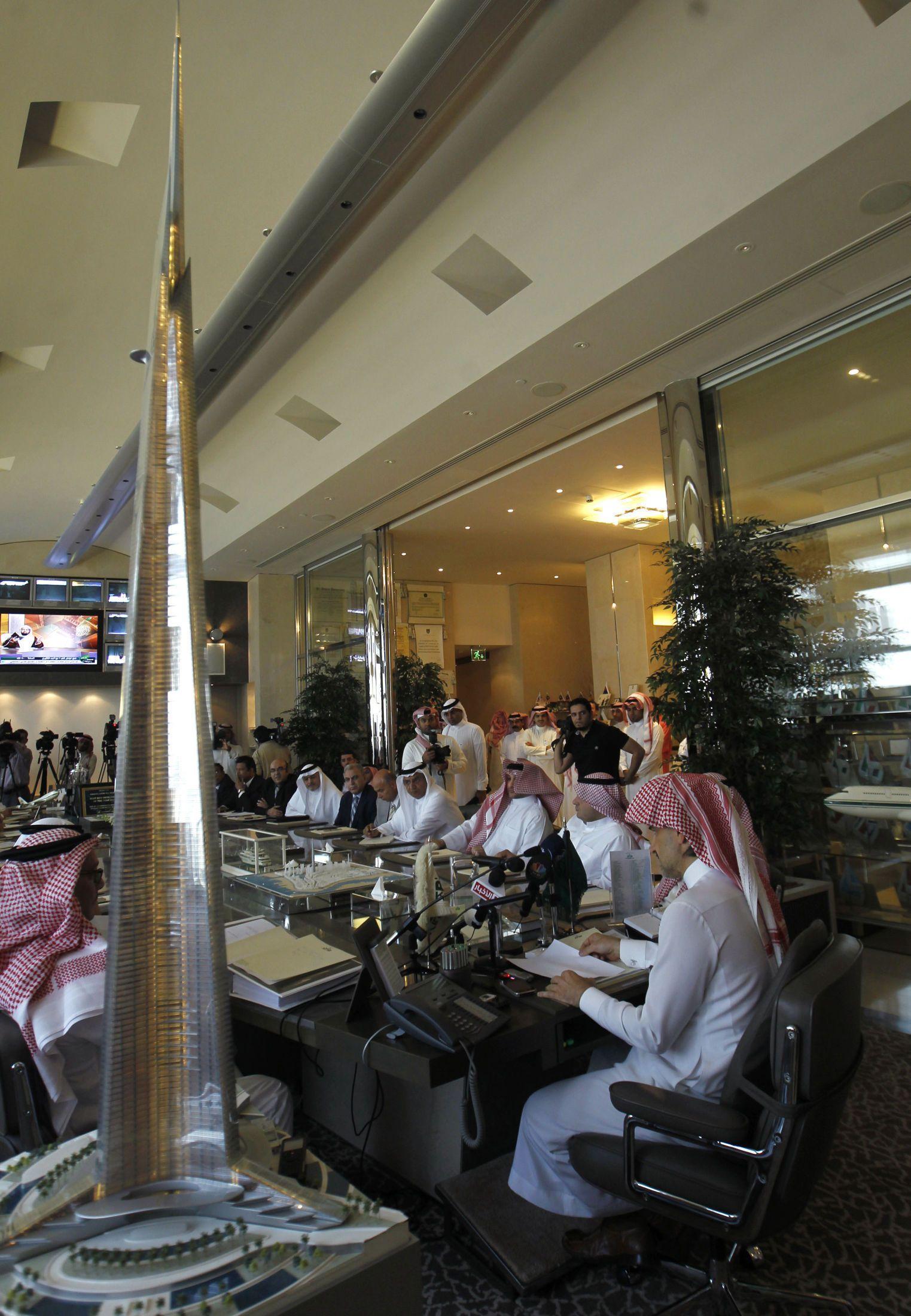 STOLT PROSJEKTEIER: Prins Al-Waleed Bin Talal presenterer en fersk modell av det som skal bli verdens høyeste bygning under en pressekonferanse mandag 2. august.
