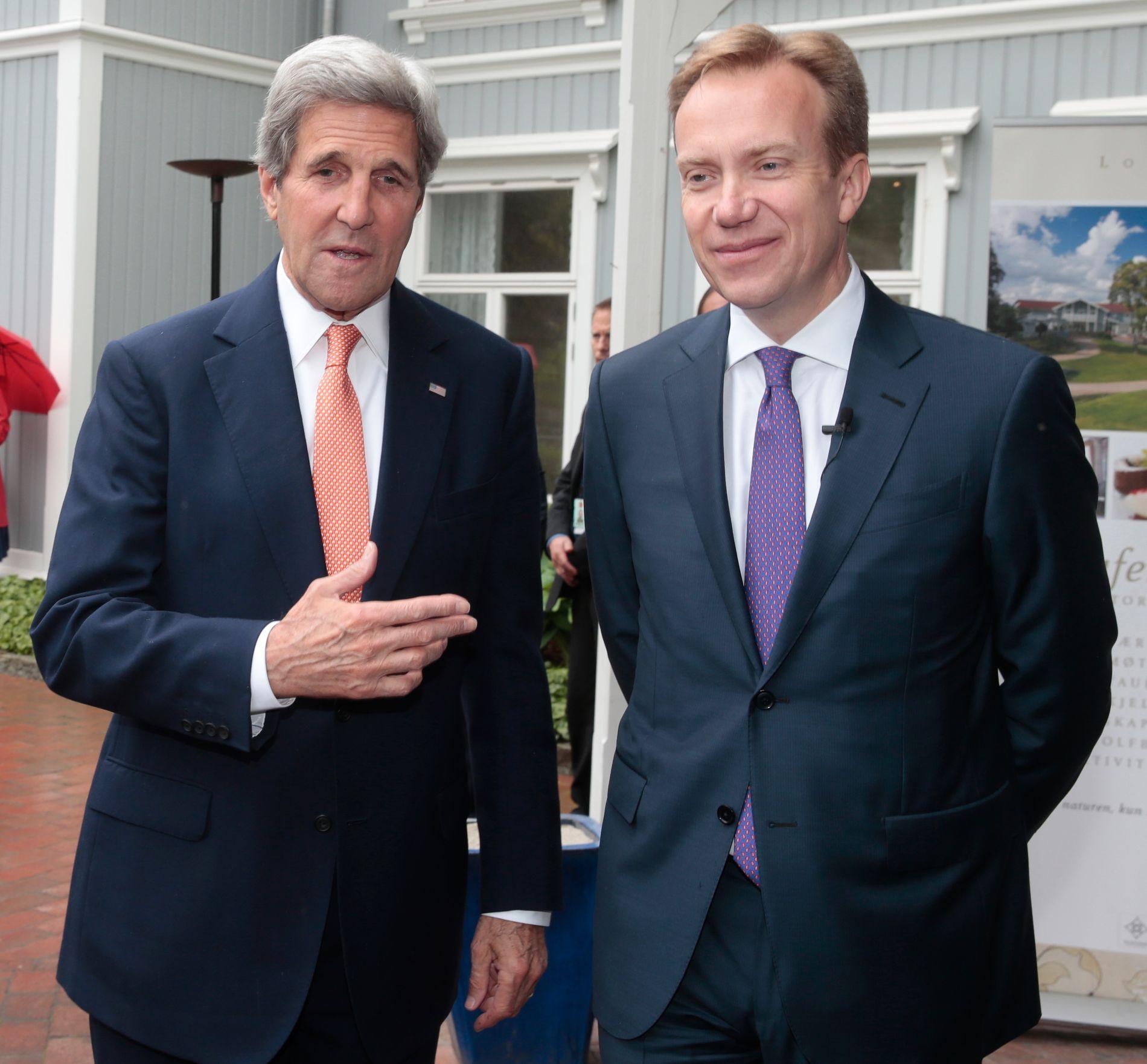 GODT MOTTATT: USAs utenriksminister John Kerry ankommer Losby gods hvor han tas imot av utenriksminister Børge Brende onsdag formiddag.