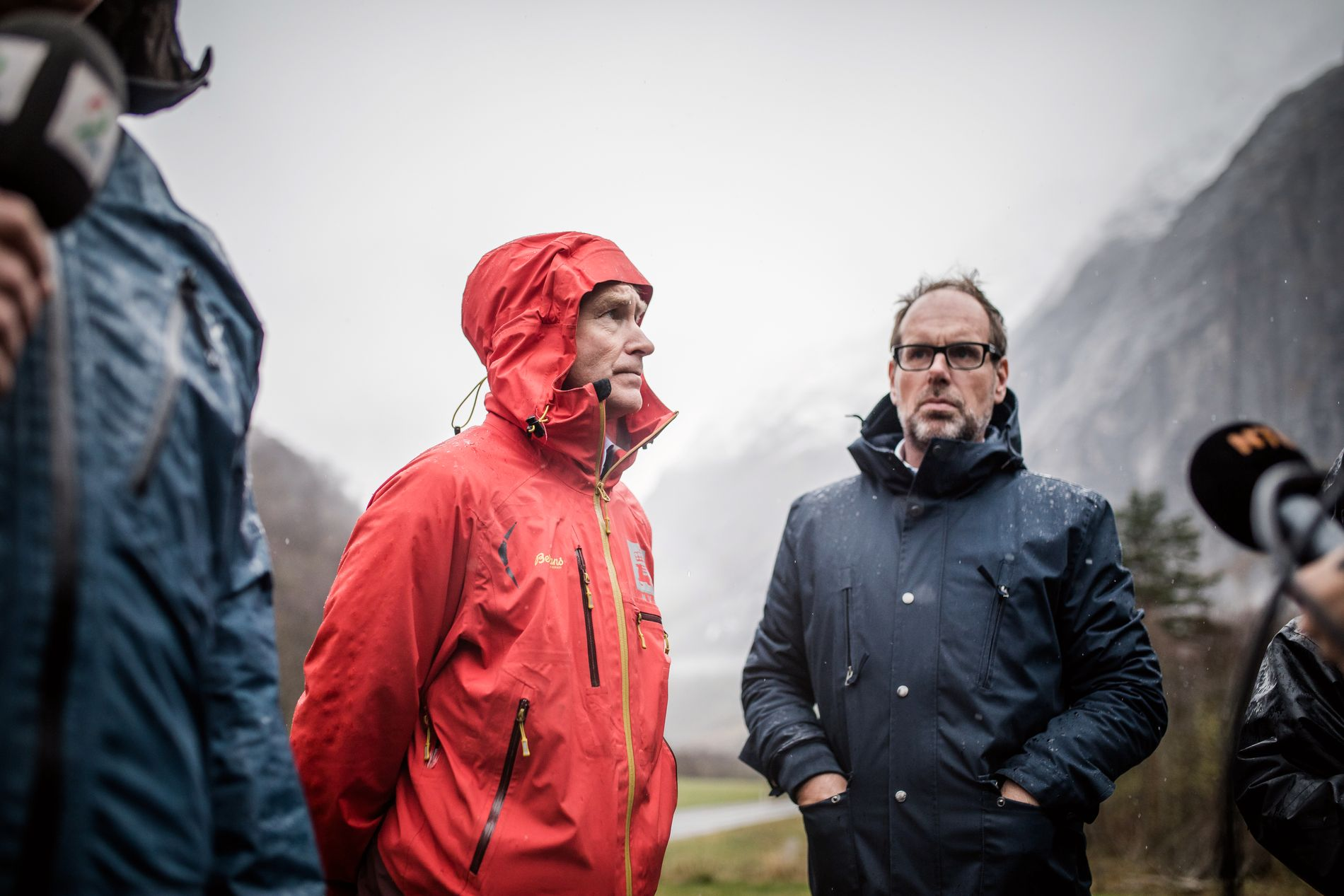 LETTE LØSNINGER: Hvorfor kan dere ikke bare sprenge Mannen? Det spørsmålet får sjefgeolog Lars Harald Blikra (til venstre) og ordfører Lars Olav Hustad i Rauma kommune  (til høyre) titt og ofte.