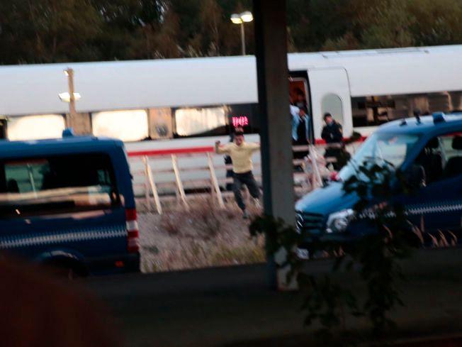 UT AV DET BLÅ: En mannlig flyktning løp ut av toget og inn i en bil i Rødby onsdag kveld. Ifølge VGs reporter på stedet skal noen av de oppmøtte flyktning-støttespillerne ha ropt «Løp, løp. Vi har bil» cirka 20 minutter før mannen tok spranget og ble kjørt av gårde.