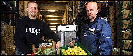 TAR INITIATIV: Coop ønsker å gjøre noe med det kostbare svinnet. Her er miljøsjef Knut Lutnæs (t.v.) ved Coop og lagermedarbeider Johnny Pedersen på frukt- og grøntavdelingen i hovedlageret på Grorud. Foto: Magnar Kirknes