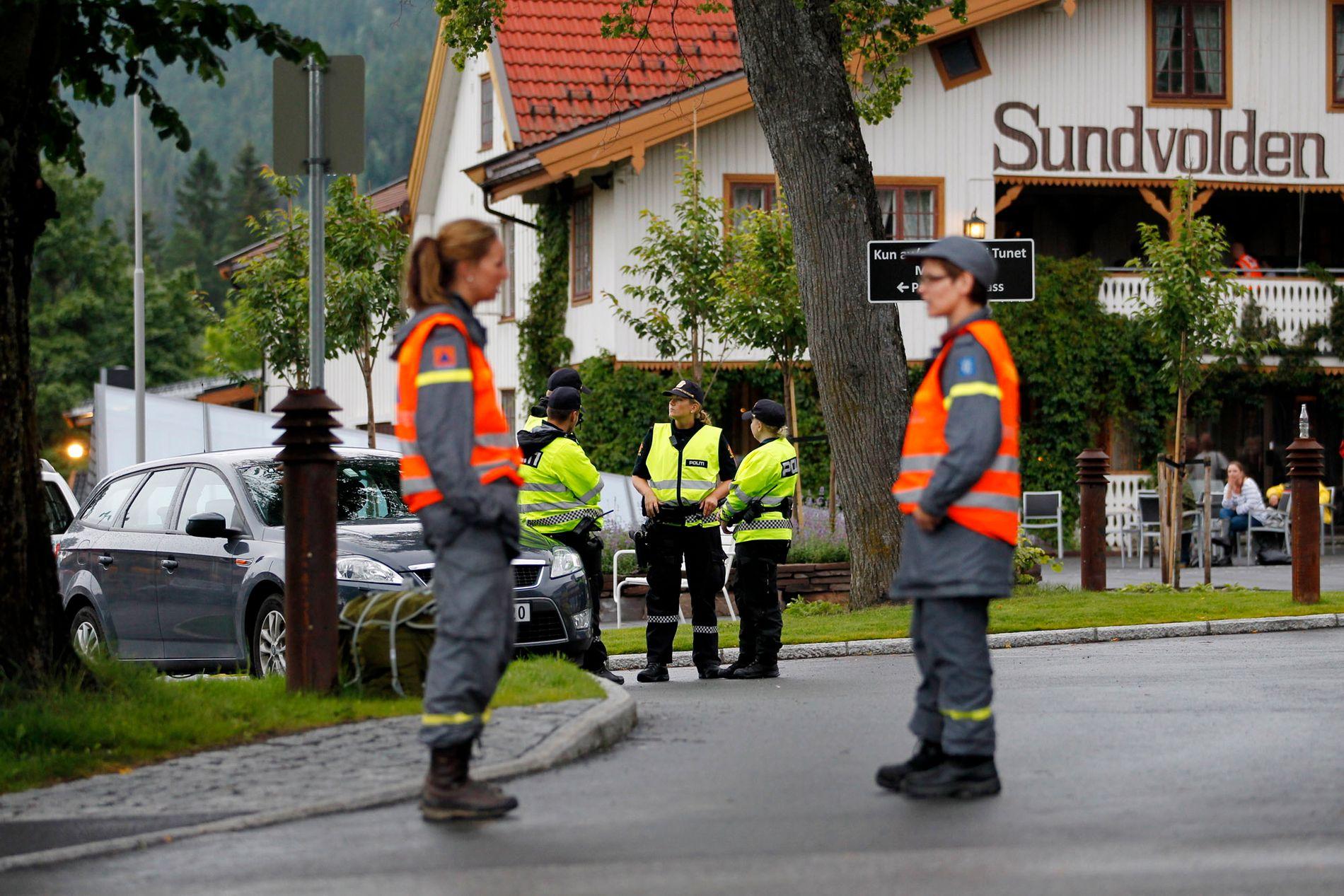 22. JULI: Mannskaper fra Sivilforsvaret bistår politiet og holder vakt ved Sundvolden hotell etter terrorangrepet mot AUFs sommerleir på Utøya i 2011.