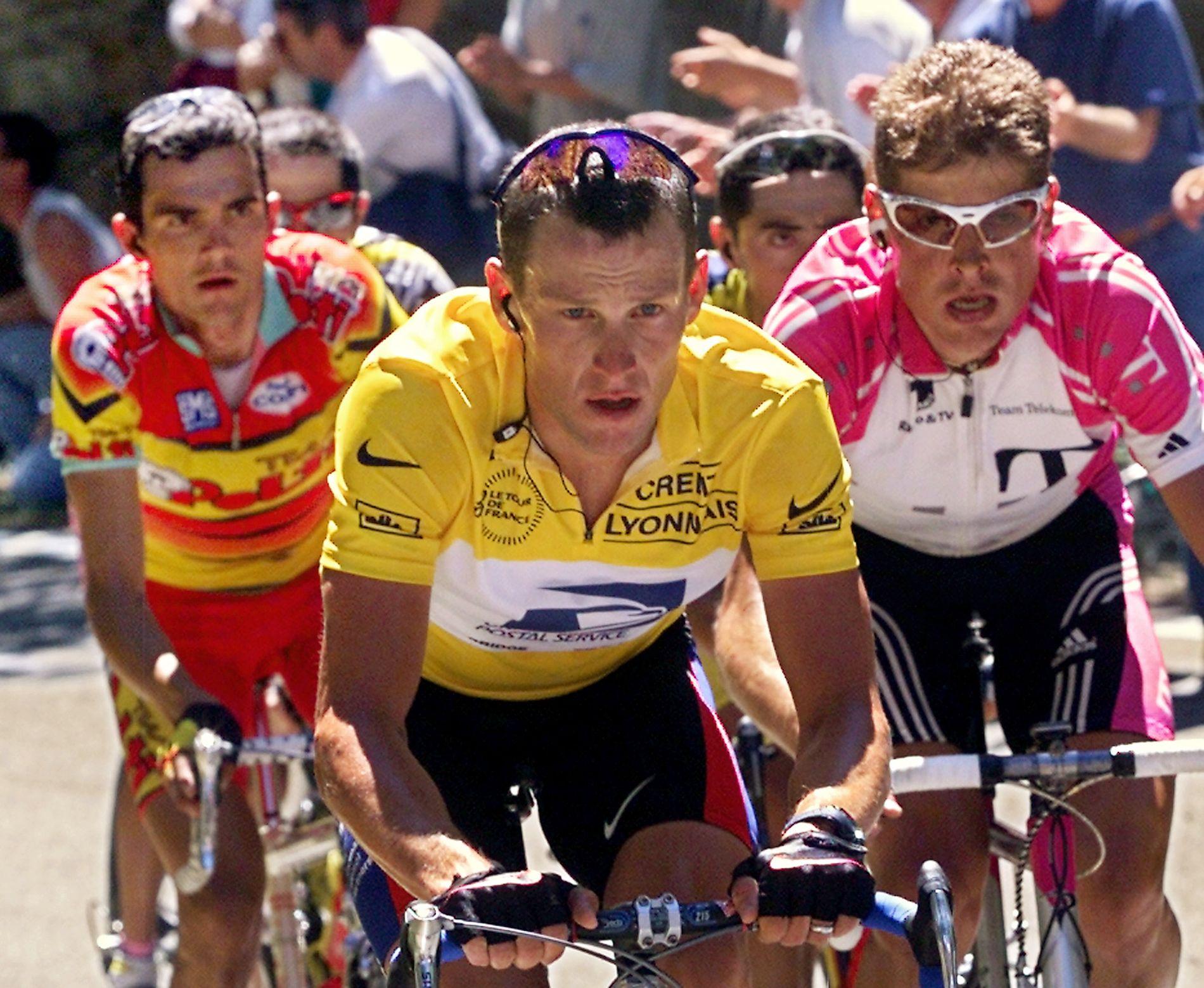 HJELM ELLER IKKE HJELM: Lance Armstrong, her med Jan Ullrich (t..h) fra Tour de France i 2000, mener ryttere bør droppe hjelmen i klatringer der målgang er på toppen av fjellet.