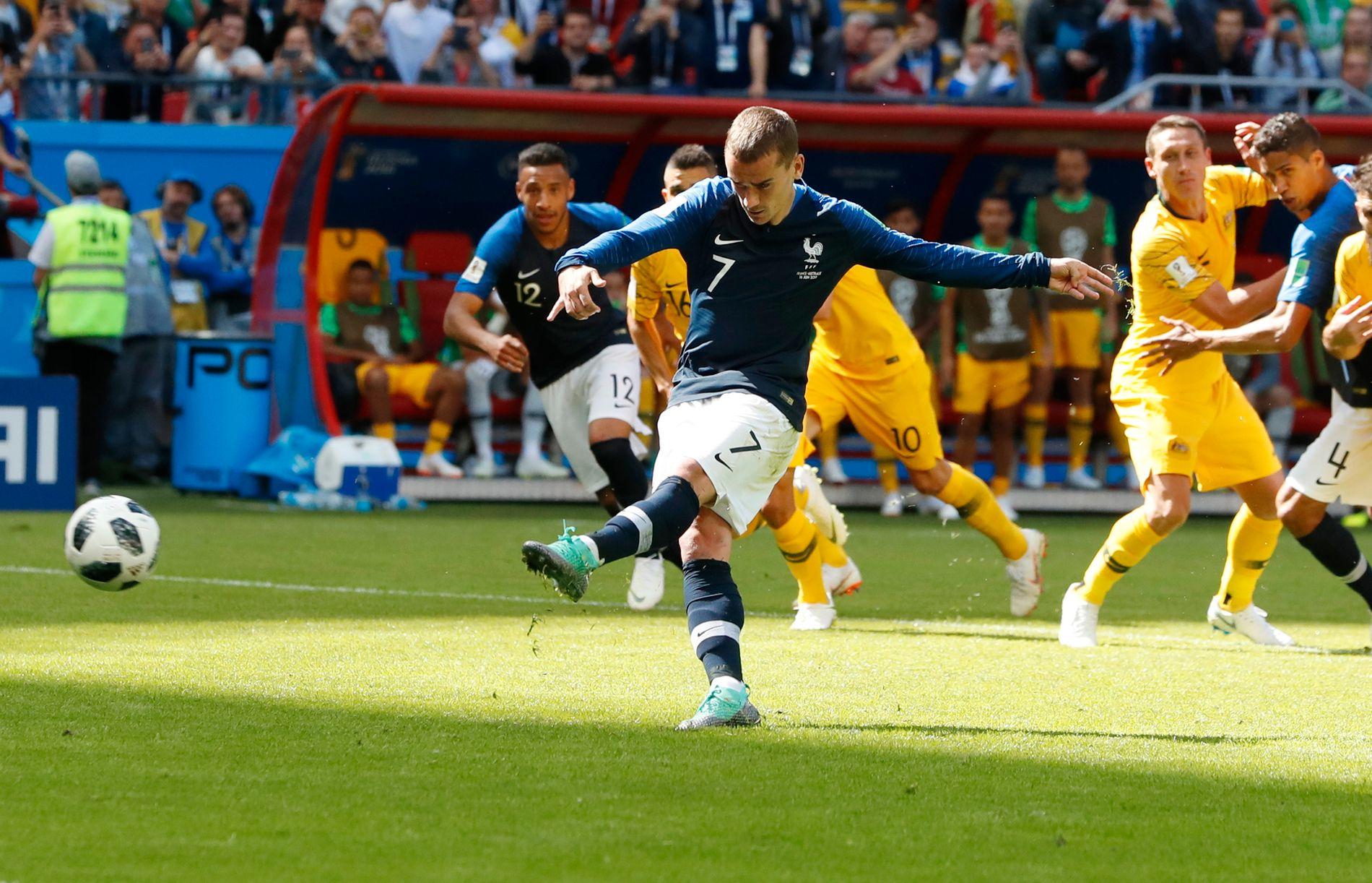 FIKK VAR-HJELP: Antoine Griezmann setter inn straffen som Frankrike til slutt fikk mot Australia, på grunn av hjelp fra videorommet i VM.