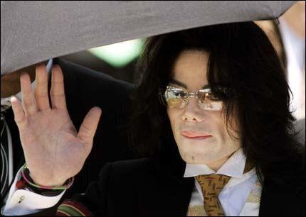 NERVØS: Michael Jacksons mareritt er at juryen finner ham skyldig i overgrepstiltalen. Da venter et liv totalt annerledes enn det popstjernen lever i dag. Foto: AP