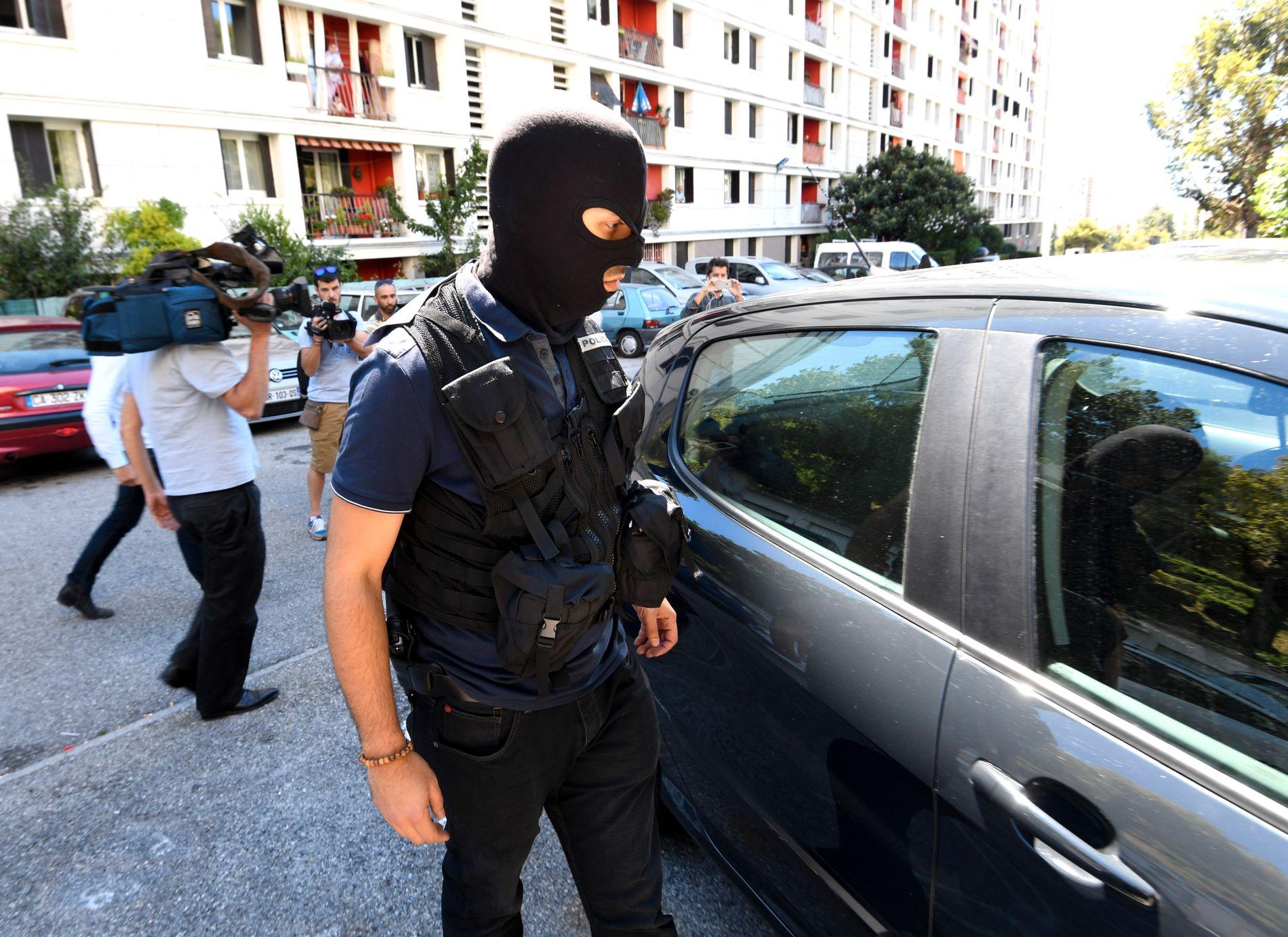 AKSJONERTE: Politiet gikk til aksjon på flere adresser fredag formiddagen, blant annet i boligen til den antatte gjerningsmannen.