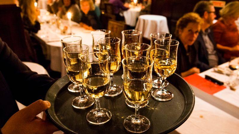 21de83f1 Fem råd for å unngå å drikke deg under julebordet