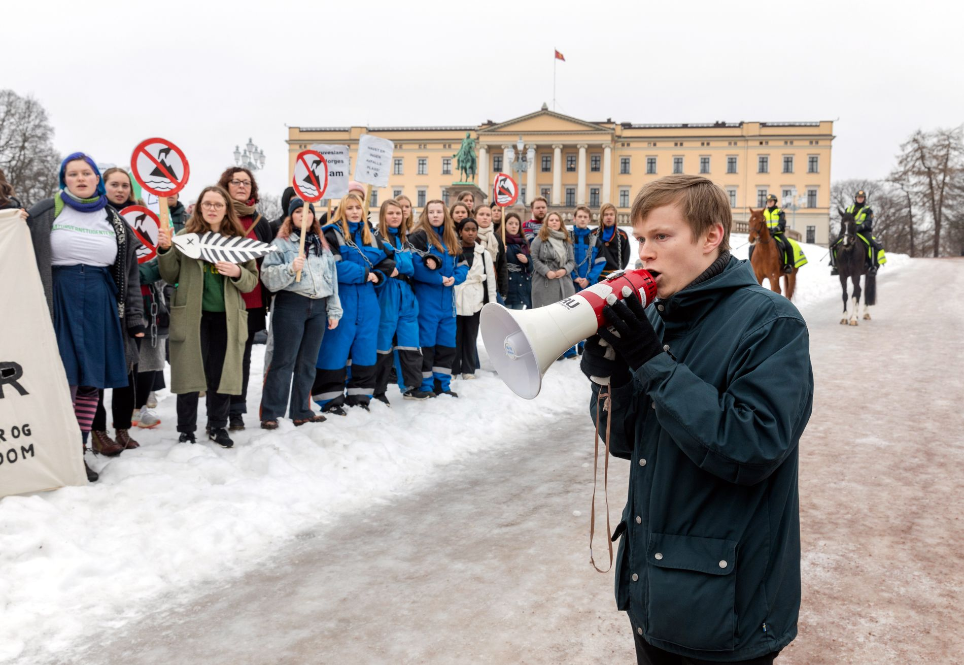 NU-LEDEREN: Gaute Eiterjord er leder for Natur og ungdom. Her under en aksjon mot gruvedumping i Repparfjord foran slottet i Oslo i februar.