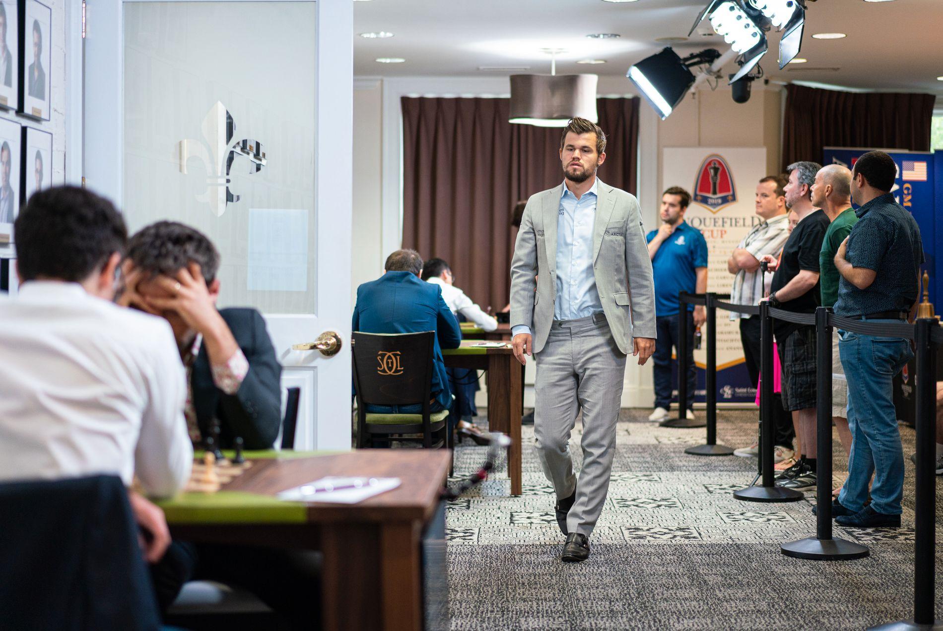 ST. LOUIS: Magnus Carlsen vandrer mellom bordene i Sinquefield Cup.