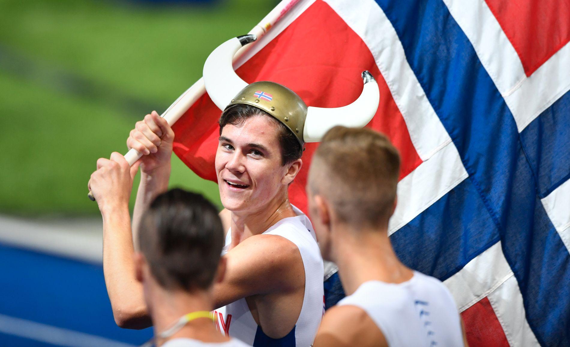 GULLET: Jakob Ingebrigtsen feirer gullet i Berlin-EM sammen med brødrene Filip (t.h.) og Henrik inne på banen etter seieren på 1500 meter.