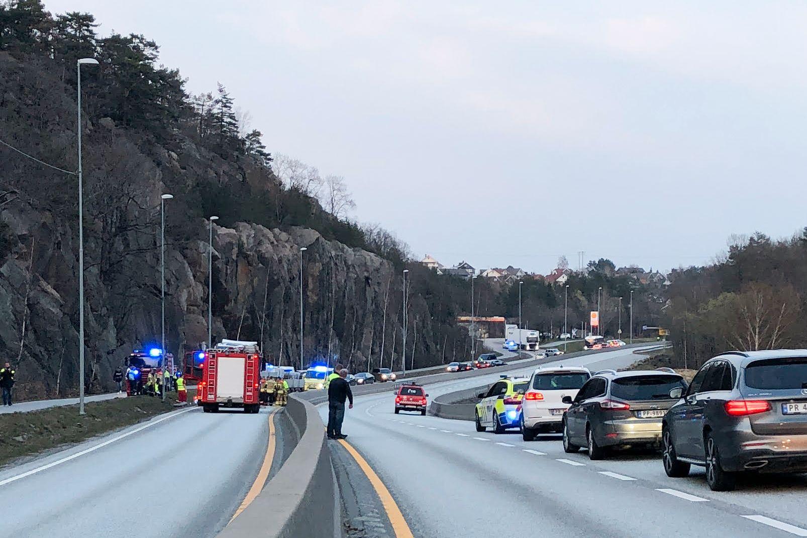 DØDSULYKKE: En person omkom i en frontkollisjon mellom en personbil og et vogntog på E39 ved Fidjane i Kristiansand torsdag kveld.