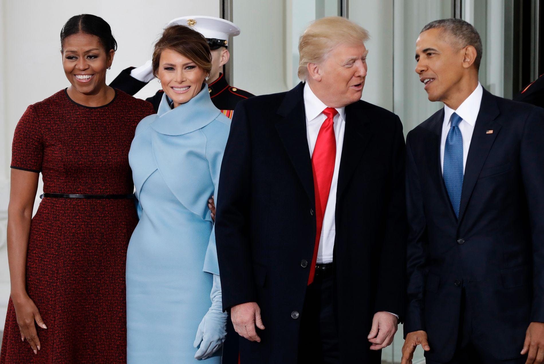 HOLDT MASKEN: Michelle Obama (t.v.) forteller i boken at hun jobbet med å holde masken på Trumps innsettelsesseremoni. Her er hun og Barack med Melania og Donald Trump utenfor Det hvite hus 20. januar 2017.