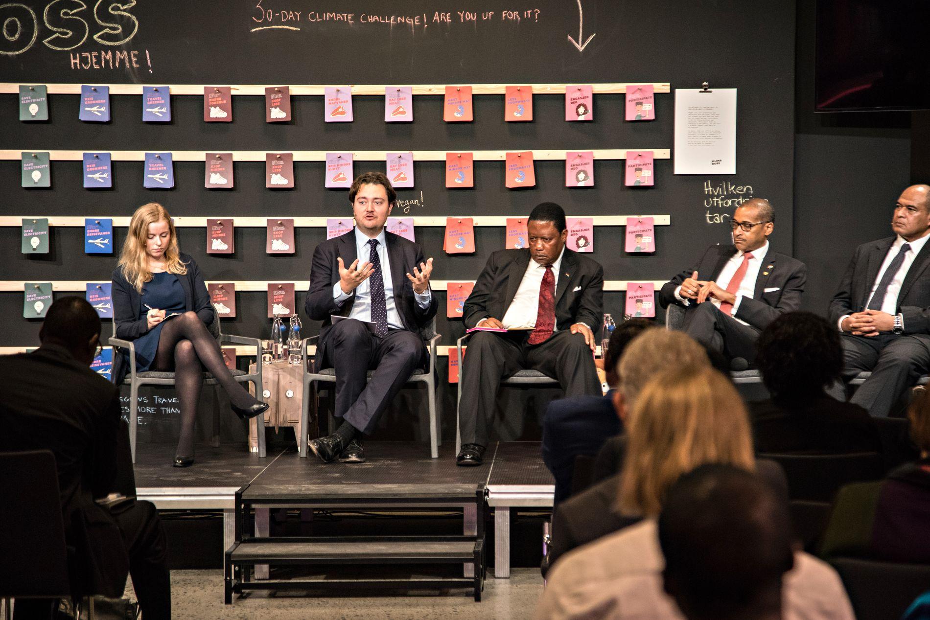 KLIMADISKUSJON: Statssekretær Jens Frølich Holte var vert da Norge inviterte til paneldebatt om klimaendringer på Nobels Fredssenter. Jamaicas ambassadør til FN, Courtenay Ratta, (nr. to fra høyre) deltok i panelet.
