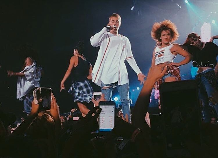 BIEBER OG BERNTSEN: Mona Berntsen har danset ved siden av Justin Bieber under hele hans «The Purpose»-turné og på Telenor Arena - bokstavelig talt på hjemmebane for Bærumskvinnen - var det helt naturlig å bære det norske flagget stolt på brystkassa.