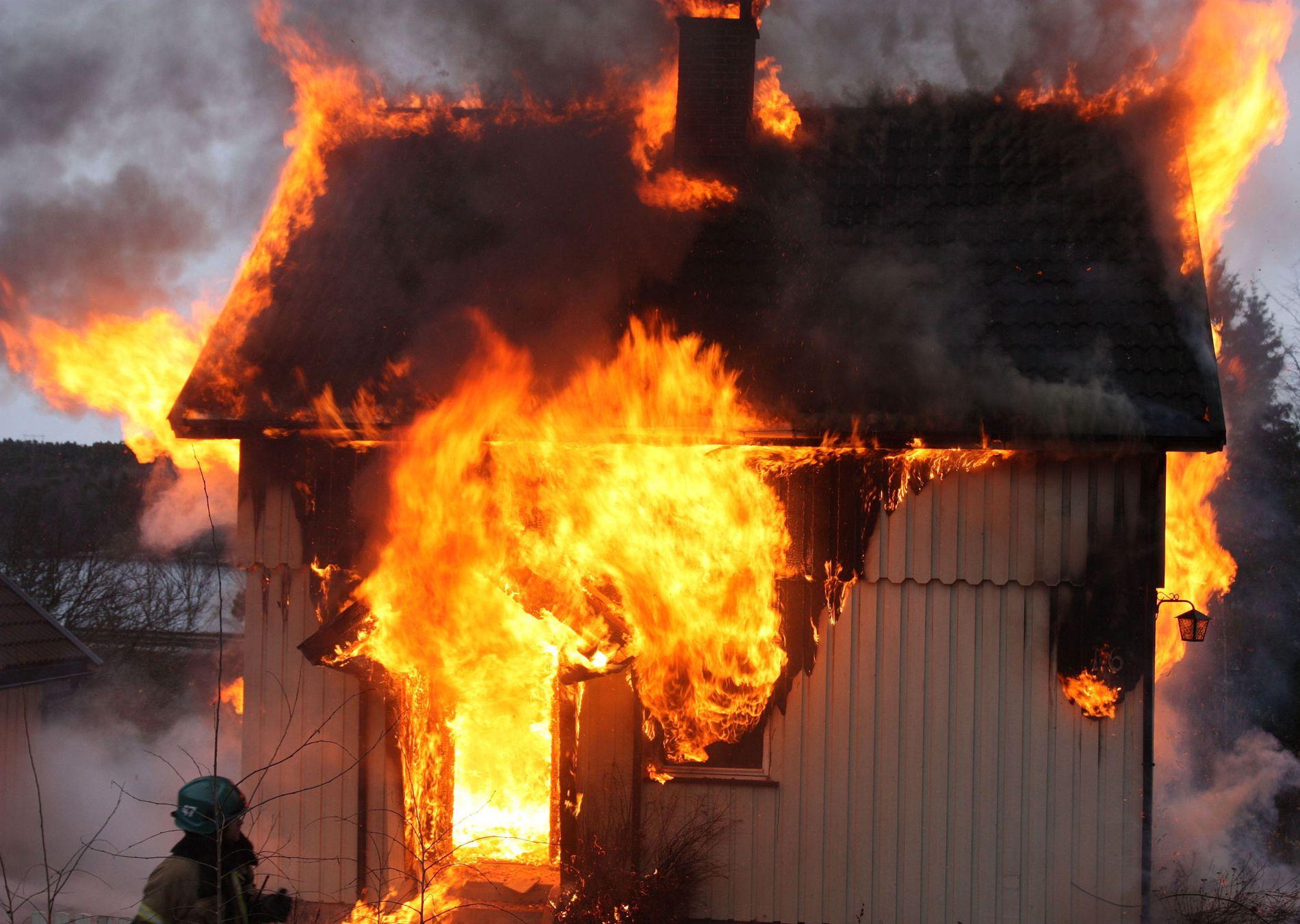 BRANNÅRSAKER: Over halvparten av boligbrannene skyldes feil i det elektriske anlegget eller feil bruk av elektrisk utstyr. Dette bildet er fra en øvelse tidligere i vinter.
