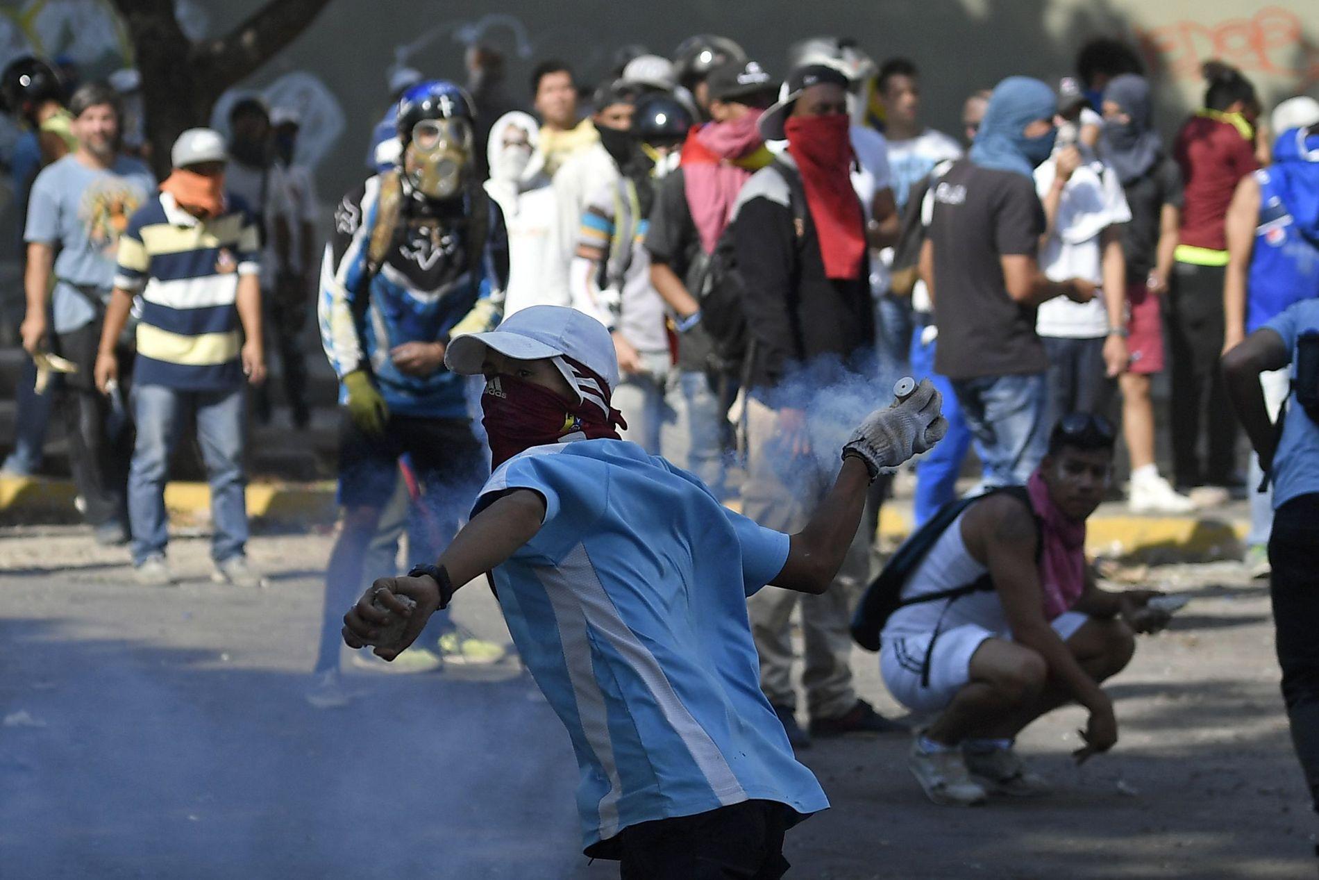 PROTESTER: Demonstrasjonene fortsetter i Caracas onsdag.