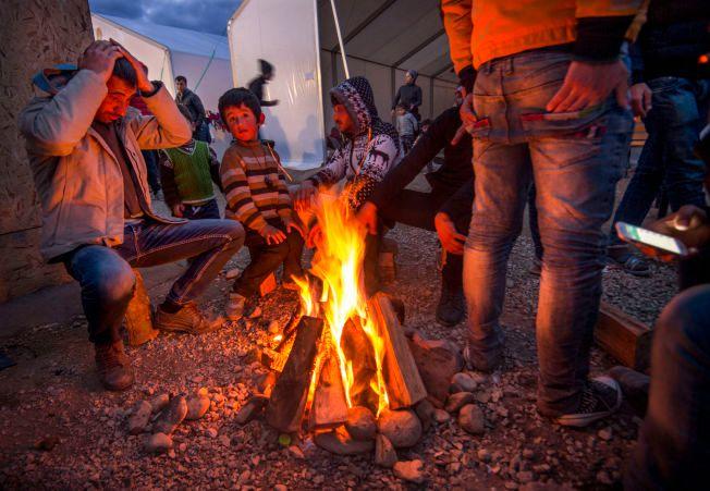 VENTER: I flyktningeleiren Idomeni på grensen mot Makedonia venter tusener av flykninger på å få lov til å passere grensen til Makedonia. Foto: HELGE MIKALSEN