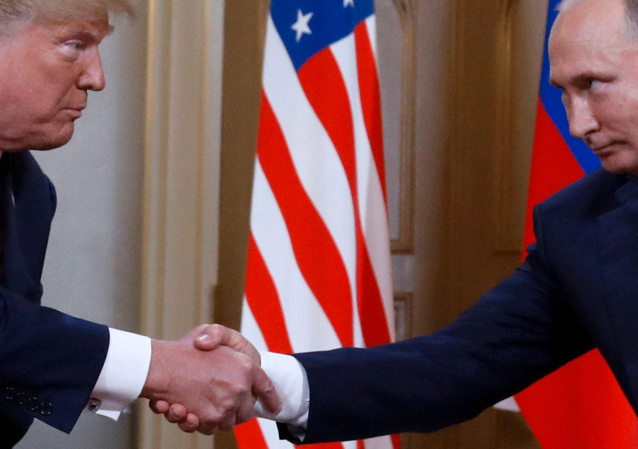 EN UTSTRAKT ARM: Donald Trump og Vladimir Putin under det kontroversielle toppmøtet i Helsinki 16. juli, hvor Trump i ettertid også har innrømmet at han sa feil ting.