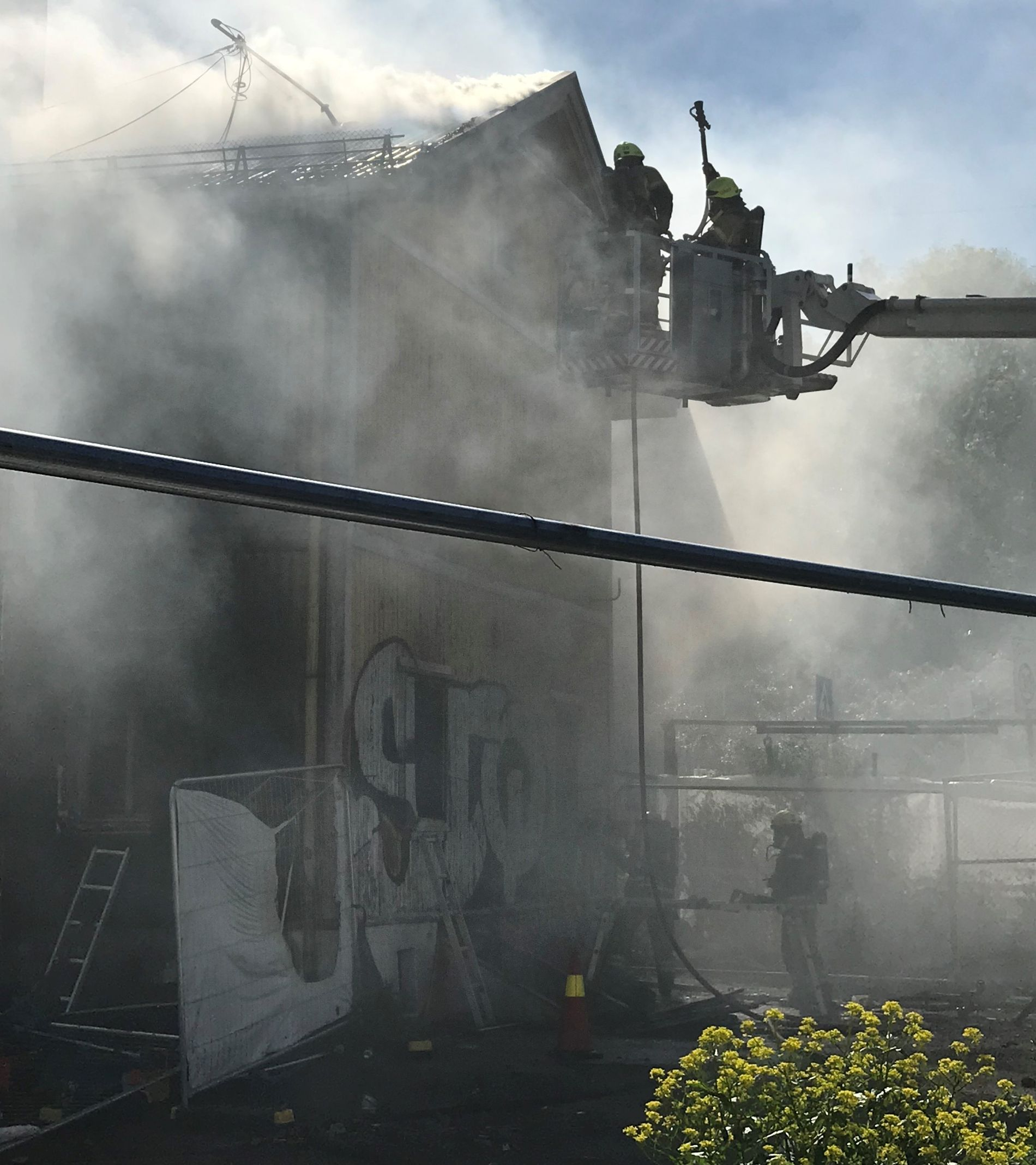 RØYK: Politiet understreker at det er mye røyk i området og naboer blir bedt om å lukke vinduer og dører.
