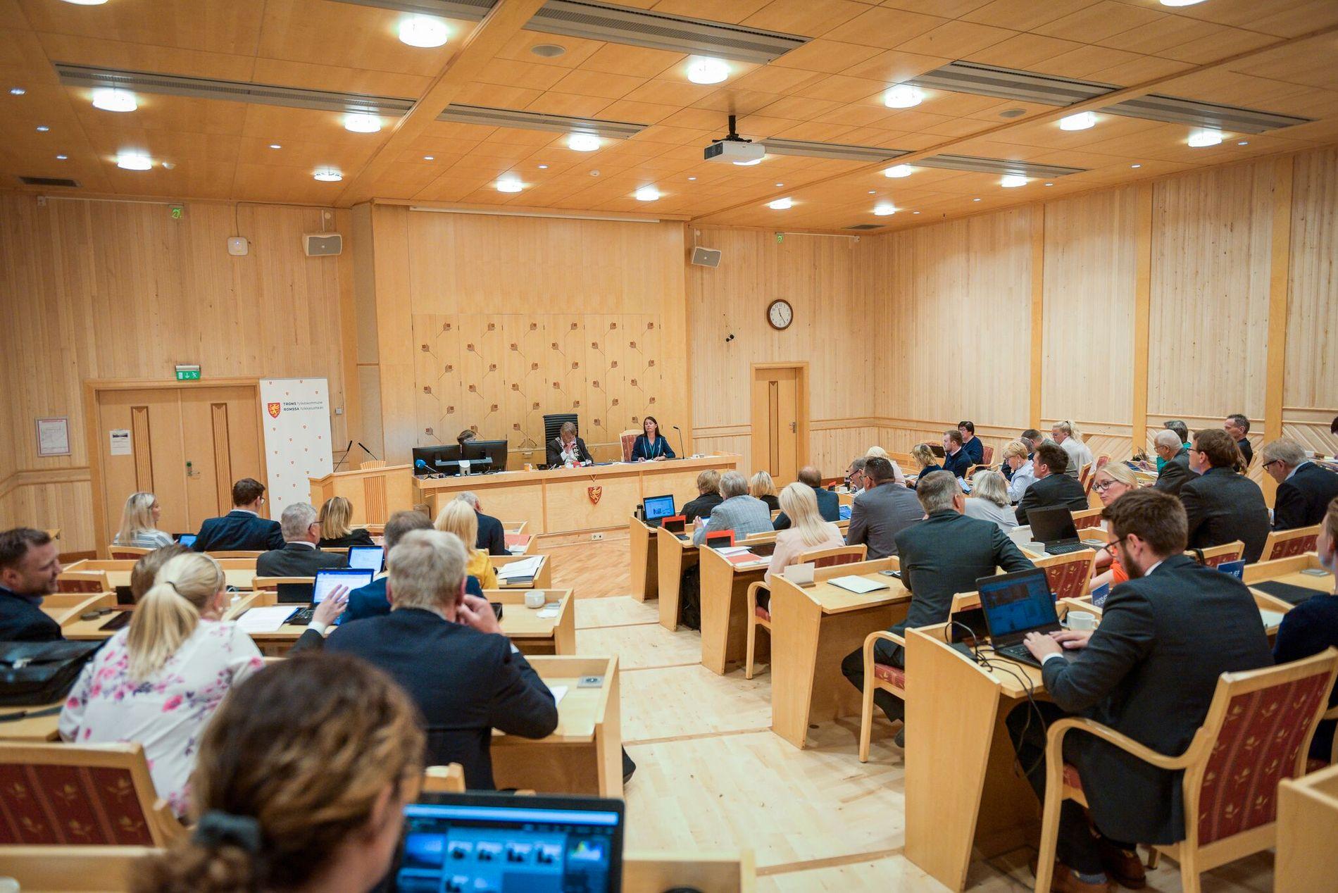 SPLITTET: Det ekstraordinære fylketingmøtet i Troms var delt i spørsmålet om de skal la regjeringen få ansvar for å gjennomføre sammenslåingen med Finnmark.
