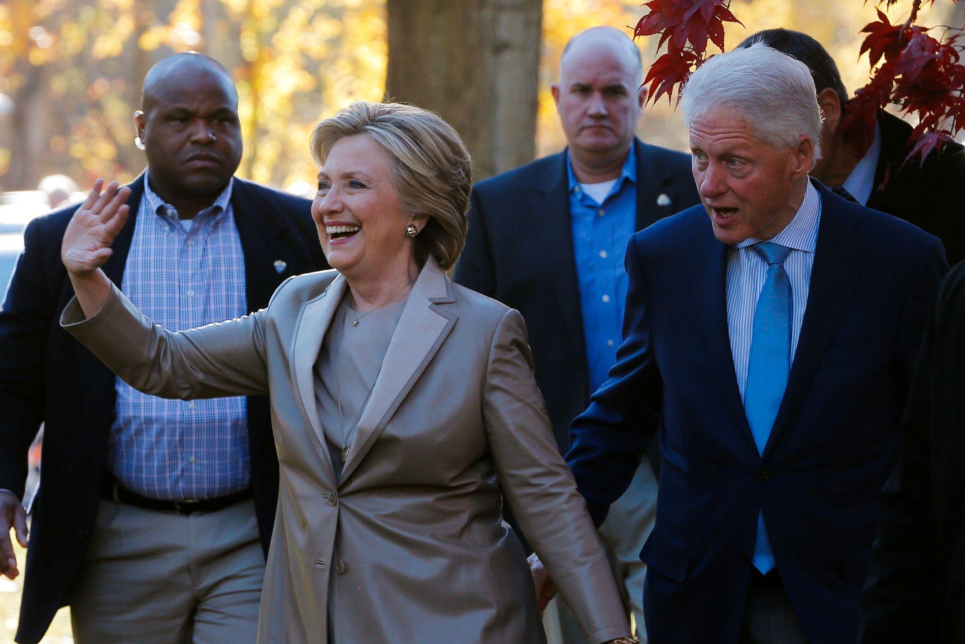 STEMT: Demokratenes presidentkandidat Hillary Clinton og ektemannen Bill Clinton like etter at de har stemt i presidentvalget.