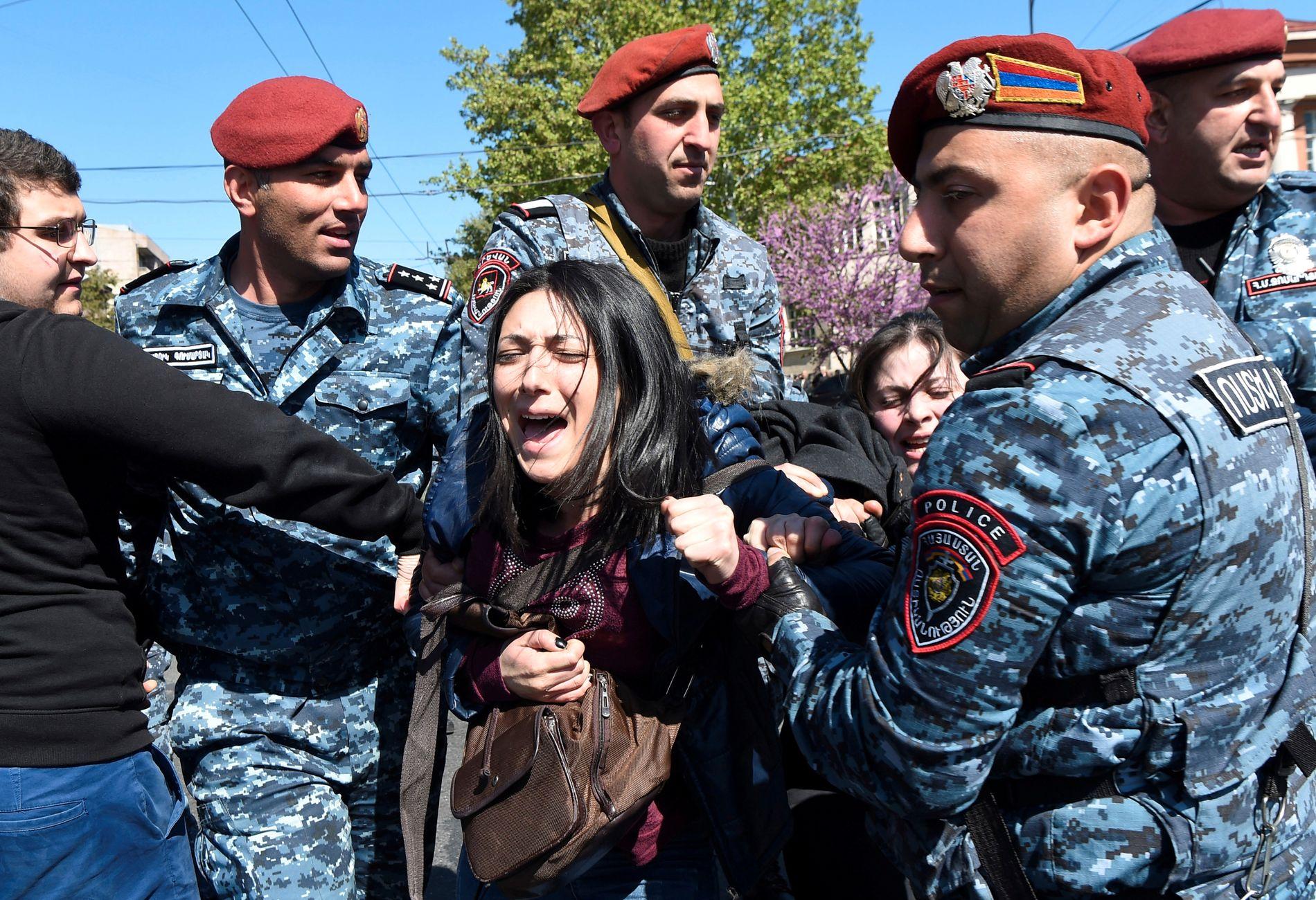 STEILE FRONTER: En armensk demonstrant tas hånd om av politiet i Jerevan. Tusenvis har demonstrert mot at den tidligere presidenten skal få beholde makten i landet.