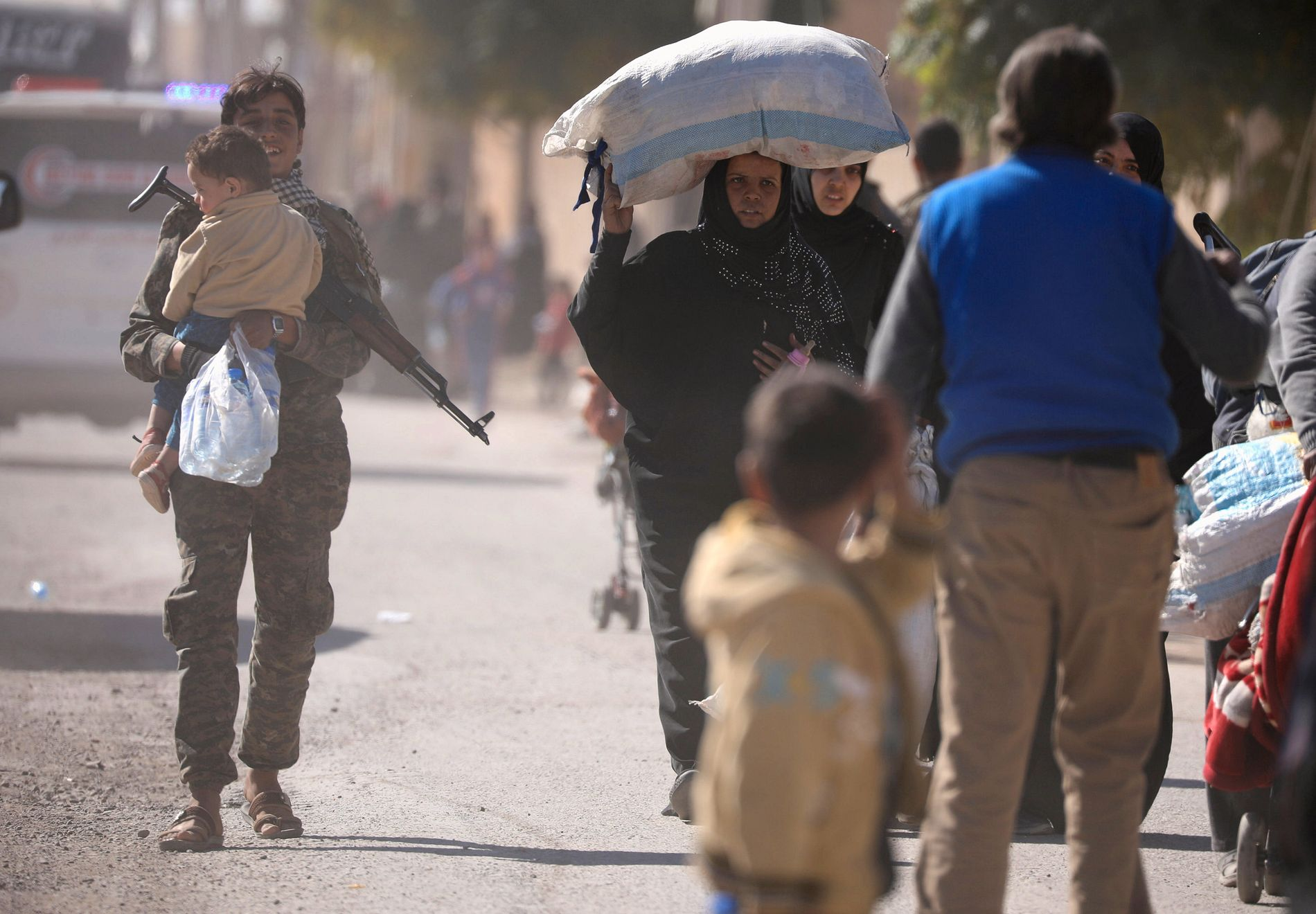 ALT DE EIER: En kvinne bærer alle sine eiendeler idet hun 16. oktober forlater det som en gang var et hjem for hundretusener av mennesker; Raqqa.