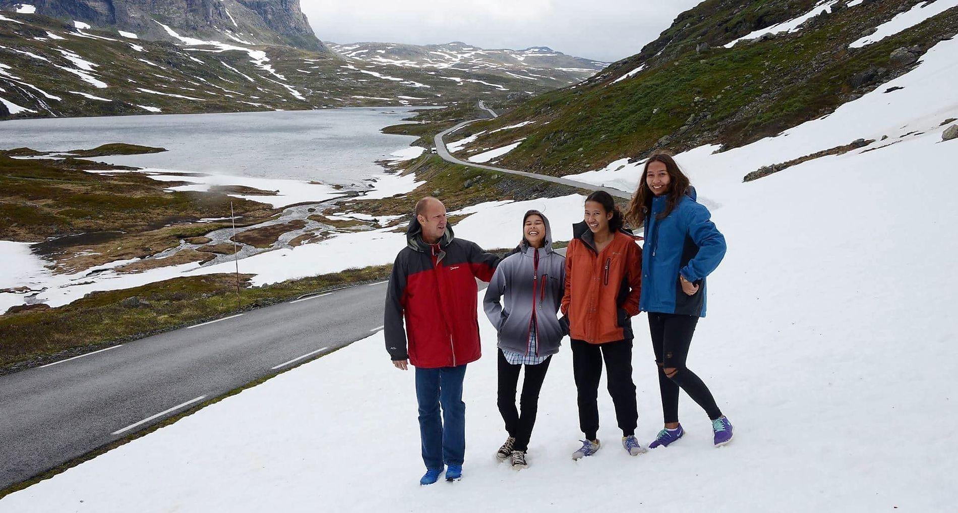 FAMILIE: Terje Holte Nilsen er far til tre døtre, som alle har fått det norske etternavnet Holte Nilsen. Fra venstre Terje, Achintya (18), Ananda (16) og Gayatri (17).