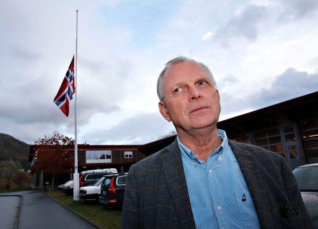 FLAGGET PÅ HALV STANG:  Karl Ottar Rundereim er rektor ved Måløy videregående skole.