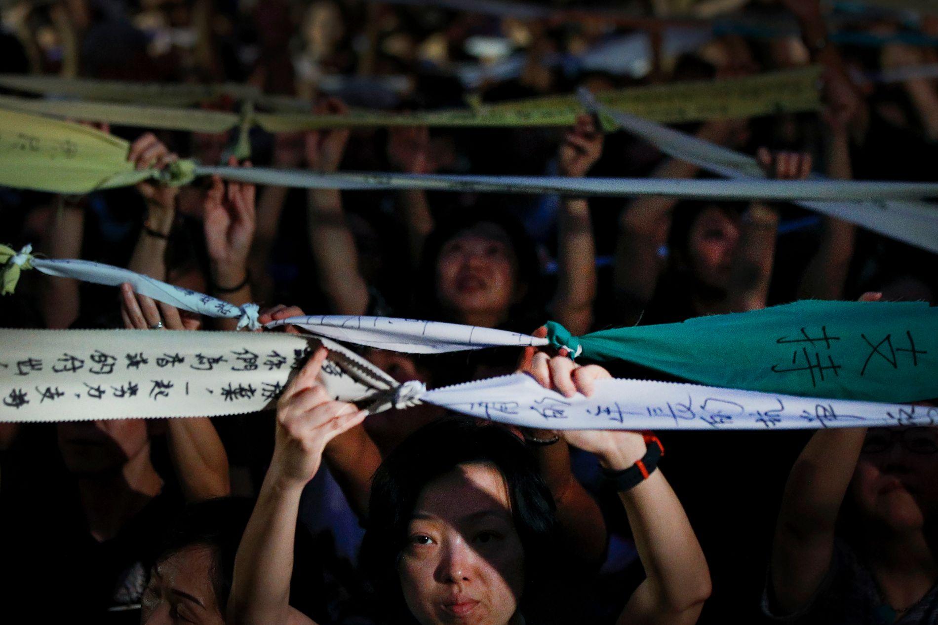 STOR MOTSTAND: Fredag arrangerte flere mødre en støttemarkering for de protesterende studentene i Hongkong.