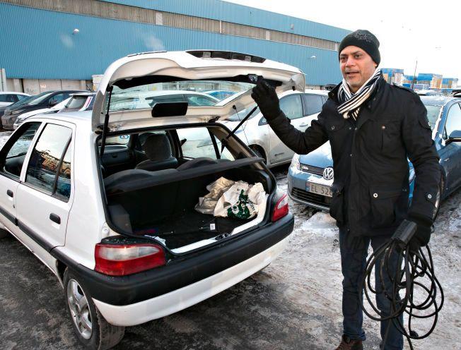 NY INNMAT: Nadeem Muhammed fra Skjetten på Romerike pendler cirka tre mil daglig, med denne denne gamle traveren, Citroën Saxo, 2003-modell. – Bilen har fått nye batterier. Rekkevidden er 6-7 mil om vinteren, cirka 10 om sommeren. Den er ny for meg, men jeg var klar over at den leverer dårligere i kulden, sier han.