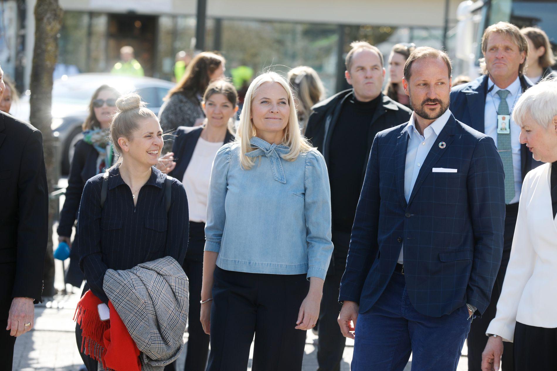 GOD TONE: P3-programleder Silje Nordnes fikk en god tone med kronprinsparet under bokbanen i Oslo onsdag.