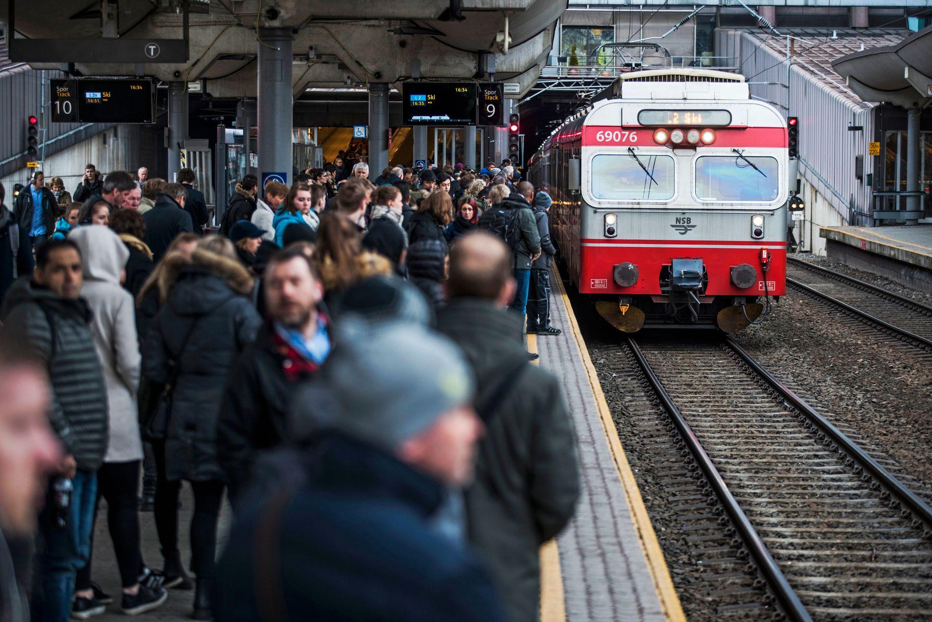 RUSHTID: Rundt Oslo S er det tett mellom togene, og forsinkelser på ett tog sprer seg lett til mange.