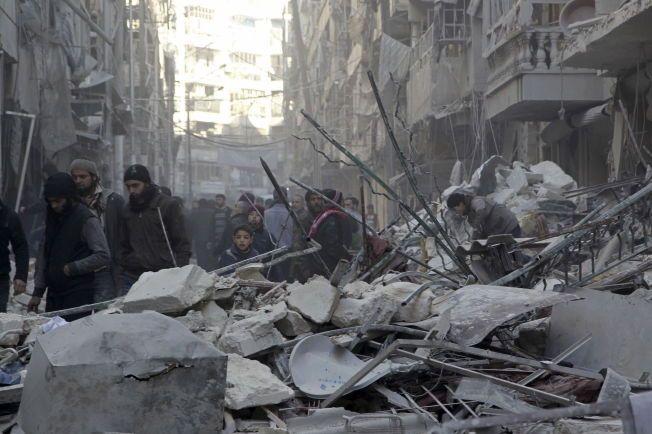 EN BY I RUINER: Innbyggere i Aleppo ser på skadene etter luftangrep fra regjeringslojale styrker i den opprørskontrollerte bydelen Al-Shaar 4. februar.