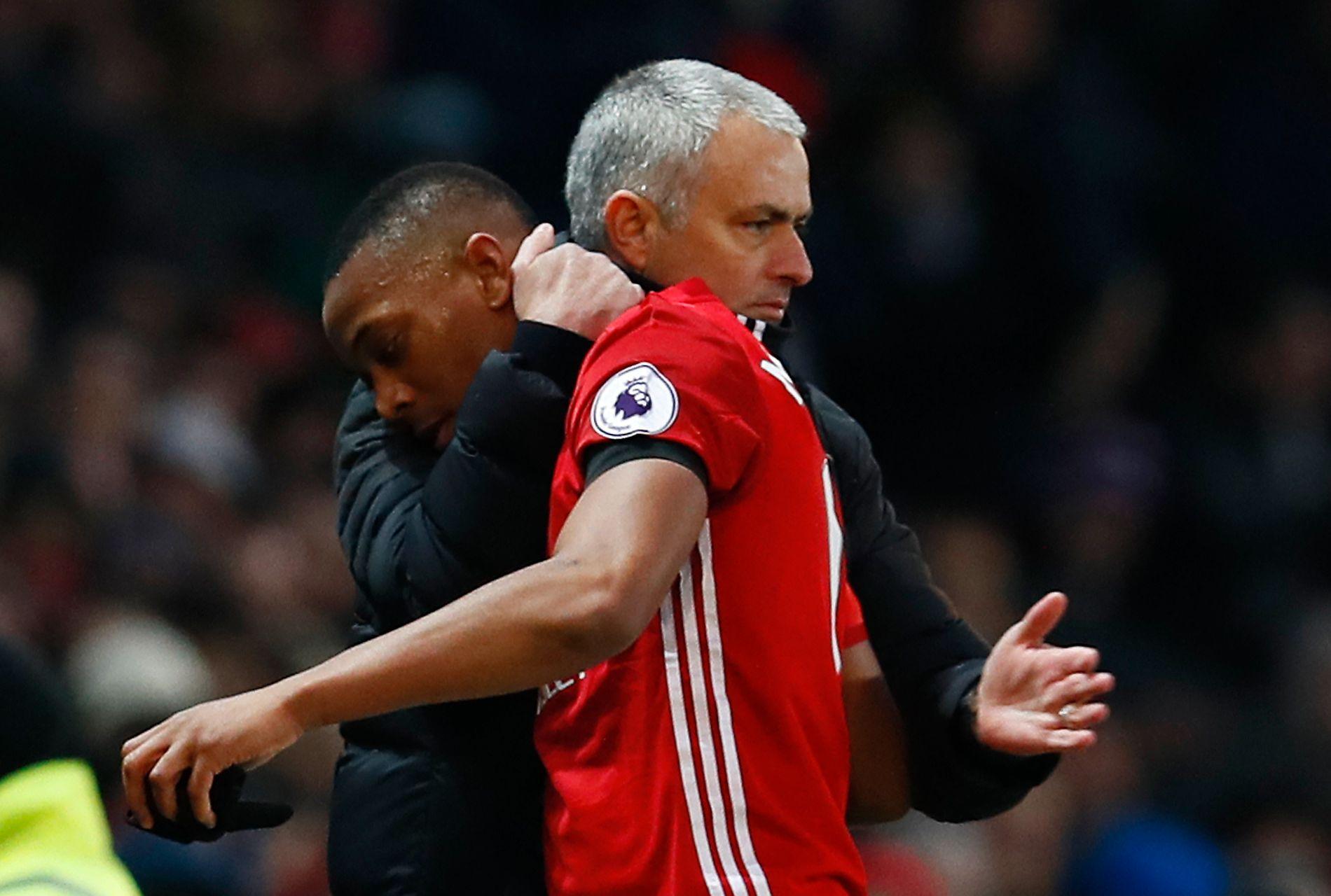 HYLLER BENKESLITEREN: José Mourinho ga Anthony Martial en bamseklem da han ble byttet ut 10 minutter før slutt mot Watford.