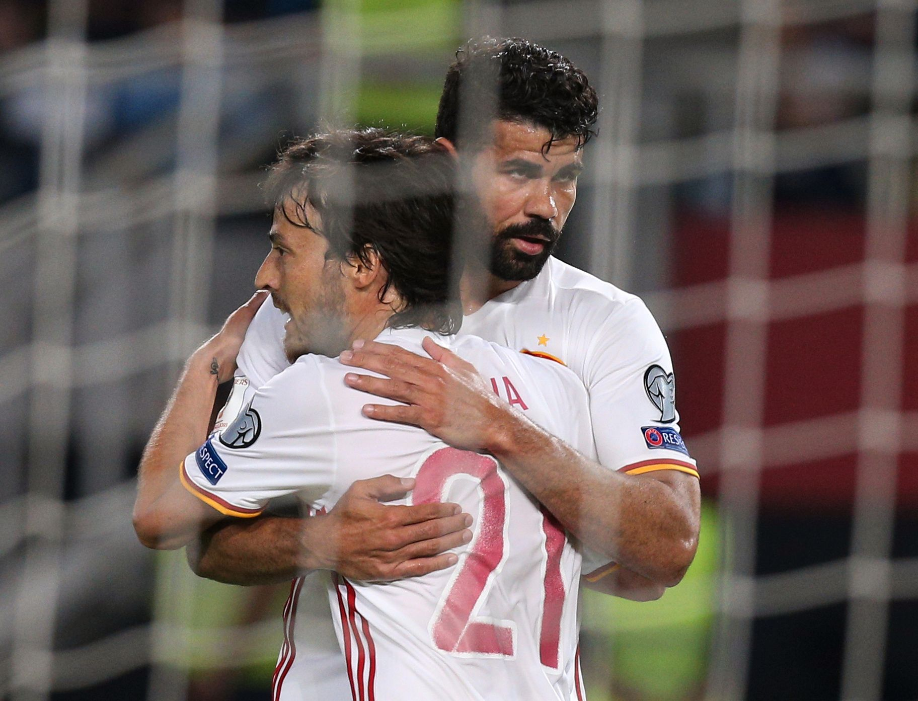 HVERT SITT: Diego Costa (til høyre) og David Silva var Spanias målscorere i Makedonia søndag kveld.