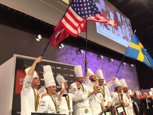 VANT VM: Ørjan Johannessen ble Norges femte verdensmester i kokkekunst da han tok gull i Bocuse D'Or i kveld. Her står han på pallen med gullstatuetten i hånden.
