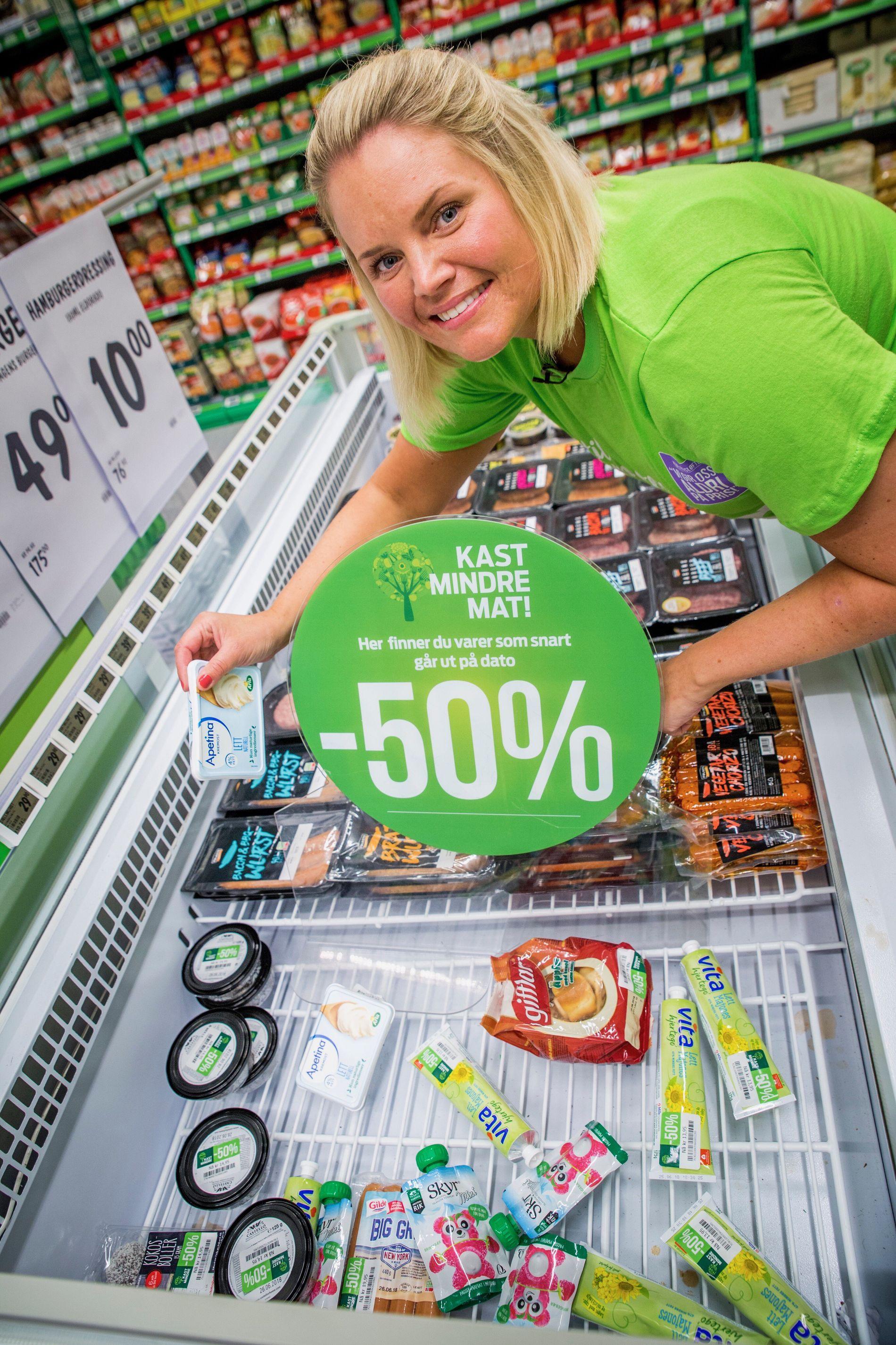 POPULÆRT: Butikksjefen viser frem en typisk disk med varer som snart er utgått.