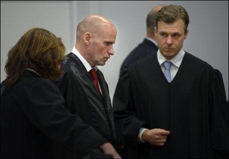 UGYLDIG ERKLÆRING: Forsvarer Tord Jordet (t.h.) mener at som Wenche Behring Breivik ikke var i stand til å forstå hva hun signerte på. Her er han avbildet med forsvarer Geir Lippestad under rettssaken mot Anders Behring Breivik i fjor. Foto: Helge Mikalsen/VG